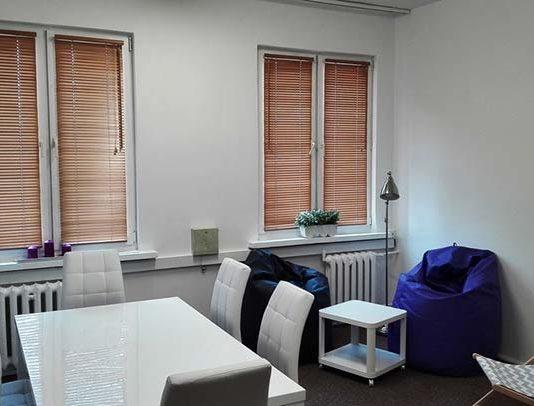 Żaluzje drewniane - oprawa okienna w klasycznej odsłonie